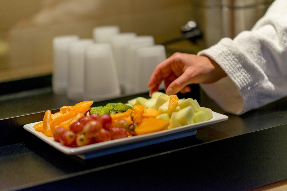 Teller mit frischen Früchten